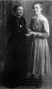 Marie Heurtin (izq.) junto a su hermana Marthe, en 1921 (Tomada de Pitrois 1921:43) Cortesía de Gallaudet Archives