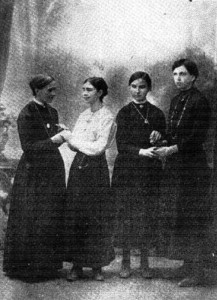De izq. a der., Marie Heurtin, A.M. Poyet, Martha Heurtin e Yvonne Perlin, en 1918 (Tomada de Pitrois 1918:17). Cortesía de Gallaudet Archives