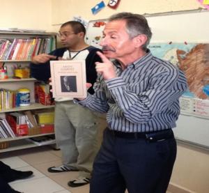 """Visita de Aron Gilbert  a nuestro taller de lectura, para dar el testimonio de su padre Salomón, sobreviviente de Auschwitz, y presentación del libro: """"Mi Zaide es historia"""" (Raquel Schlosser), basada en la historia de otro sobreviviente del mismo campo de concentración."""